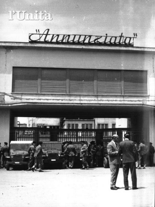 Le forze dell'ordine presidiano i cancelli della fabbrica (archivio l'Unità)